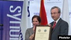 Посол США в Армении Мари Йованович и директор компании «Синопсис-Армения» Овик Мусаелян. Ереван, 10 ноября 2010 г.