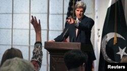 Pakistan - Sekretari Amerikan i Shtetit John Kerry gjatë konferencës me gazetarë në Islamabad, 01Gusht2013