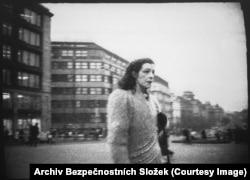 """Донесения о действиях Громадковой включают детальное описание ее одежды. 5 января 1984 года агент доносил: """"На ней была светлая меховая шапка, темное, цвета корицы пальто, вокруг шеи – длинный черный шарф, зеленые брюки и белые спортивные ботинки…"""""""