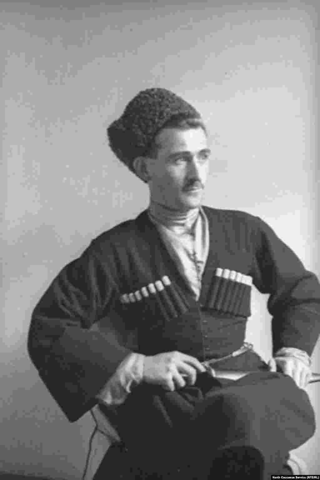 Горец и казак, одевшись в черкеску, одевали обычно и папаху, которая в отличие от черкески могла быть сшита по-разному