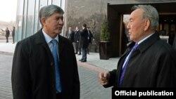 Кыргызстан менен Казакстандын президенттери сүйлөшүп жатат. Алматы, 26-март, 2014.