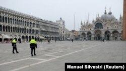 Policajci patroliraju na trgu Sv. Marka u Veneciji, 10. mart, 2020.