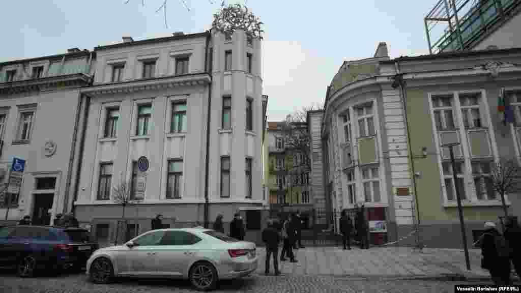 """Домът на сестрата на Никола Мушанов в София, на ул. """"Московска"""" 45 (на снимката вдясно). Днес там се помещава Институтът по балканистика на БАН. Къщата на самия Мушанов се е намирала на номер 47 на същата улица, но е съборена. Никола Мушанов е осъден на 1 година затвор от Народния съд, който формално е обявен за инструмент за борба с нацизма. Но Мушанов е точно обратното - участник вдемократичното и антифашистко правителство на Константин Муравиев от 2 до 9 септември 1944 г. След разгрома на демократичната опозиция през 1947 г. той е интерниран във Велико Търново, а от 1949 г. - в село Заград, Тутраканско. През 1951 г. е арестуван и скоро умира."""