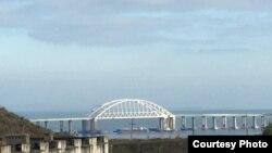 Судноплавний прохід під Керченським мостом заблокований розвернутим впоперек цивільним судном