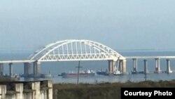 Россия перекрыла судном проход под Керченским мостом