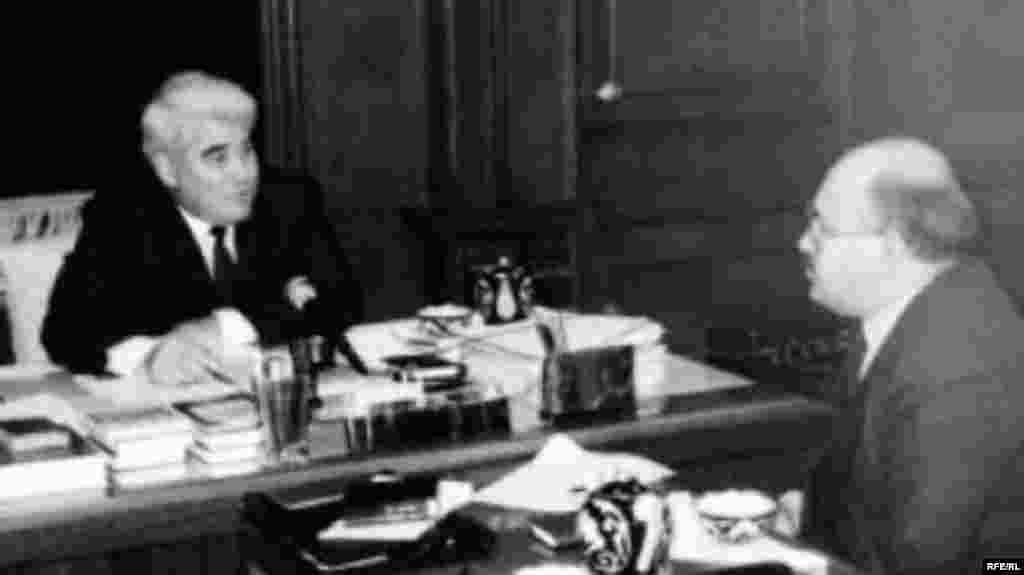 Törkmän prezidentı Saparmurat Niyazov (sulda) Azatlıq xäbärçese Zarif Nazarğa äñgämä birä, Aşğabat, 1992 (RFE/RL)