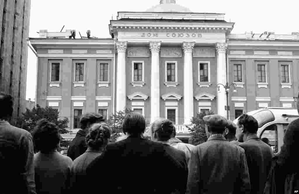 Москвичі збираються перед Будинком союзів у Москві 18 серпня 1960 року, чекаючи появи членів родини Пауерса на другий день судових слухань