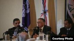 رئيس كتلة الرافدين المسيحية النائب يونادم كنّا (وسط) متحدثاً في ديربورن، ميشيغان