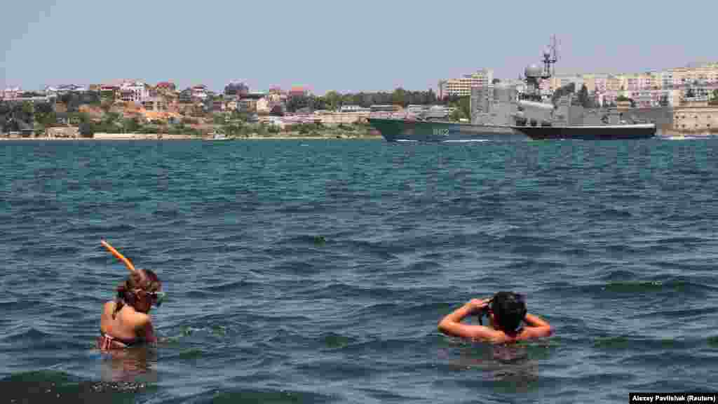 Дети в Севастополе наблюдают за учениями военных кораблей Черноморского флота России