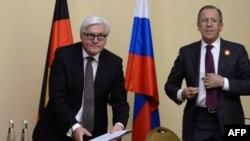 Голови МЗС Німеччини Франк-Вальтер Штайнмаєр (Л) і Росії Сергій Лавров