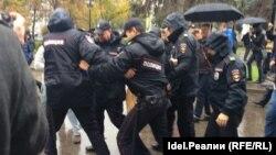 Самарда полиция хезмәткәрләре чарага килгәннәрне тоткарлый
