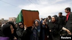 Ооганстандын активист аялдары Фархунданын сөөгүн көтөрүп баратышат