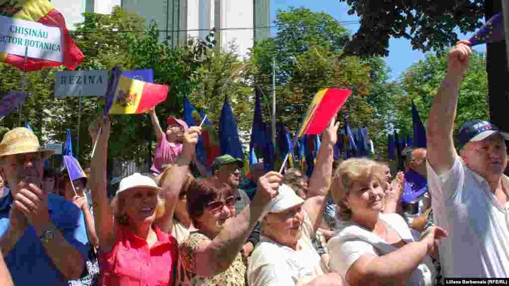 """2 iulie 2014.Parlamentul de la Chișinău a ratificat cu 59 de voturi """"pentru"""" Acordul de Asociere cu UE, în prezența câtorva mii de adepți ai cursului proeuropean al Republicii Moldova"""