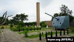 Корабельное орудие у памятника погибшим морякам в поселке Николаевка