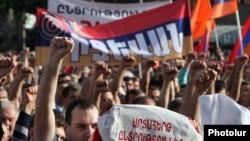 """Ermenistanyň Milli Kongresi"" partiýasynyň müňlerçe tarapdarlary Ýerewanyň ""Azatlyk"" meýdançasynda, 31-nji maý."