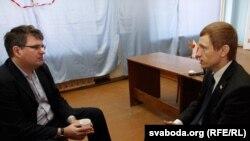 Аляксей Янукевіч размаўляе з прадстаўніком брытанскай амбасады Джымам Казэнсам