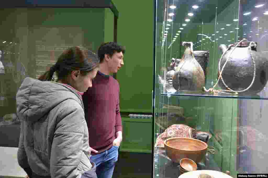 Марьяна и Арман пришли в музей Алматы вместе. Акцию «Ночь музеев» посещают третий год. «Было клёво. Это интересно и привлекает внимание и дополнительное внимание к музею. Так бы мы, наверное, не пришли в этот музей. Но, узнав о мероприятии, пошли. И с тех пор ходим, родственников приглашаем»,– рассказал Арман. На следующий день парень и девушка намеревались посетить «Ночь в музее» в музее имени Абылхана Кастеева. Марьяна сказала, что в музеи ходит не чаще двух раз в год. Чаще ходит на выставки в музей имени Кастеева. Также в камерную галерею «Вернисаж». Арман сказал, что у него с походами сложнее и ходит, когда потащит Марьяна, но, по его словам, тоже посещает с удовольствием. Алматы, 17 мая 2019 года.