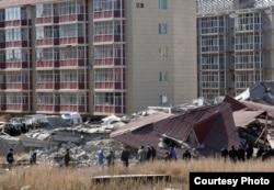 Обрушенные четыре секции нового дома в микрорайоне Бесоба в Караганде. Фото предоставлено местными журналистами. 6 апреля 2012 года.