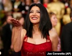 حضور در مراسم اسکار ۲۰۰۴ به دلیل نامزدی به عنوان بهترین بازیگر نقش مکمل زن