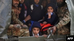 Солдаты вывозят оставшихся в живых детей с места теракта в Пешаваре