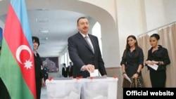 Prezident İlham Əliyev ailəsi ilə birlikdə səs verir