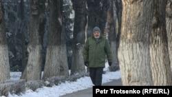 Мужчина идет по улице. Алматы, 4 января 2021 года.