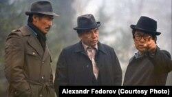 Солдон оңго: Сүймөнкул Чокморов, Чыңгыз Айтматов, Төлөмүш Океев. Архивдик сүрөт.