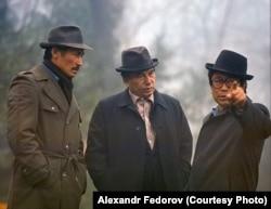 Чыңгыз Айтматов (ортодо), Сүймөнкул Чокморов (солдо), Төлөмүш Океев (оңдо).