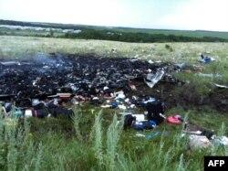 Resturi ale avionului și de corpuri umane în apropierea orașului Șaktarsk, în zona controlată de insurgenții pro-ruși