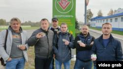 A belarusz állami olajcég volt alkalmazottjai 2020. október 25-én. Elbocsátották őket mert csatlakoztak a Lukasenka elleni sztrájkhoz.