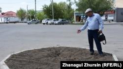 Гражданский активист Бакытжан Курманов указывает на место, где с 1997 года стоял памятник Левону Мирзояну, руководителю Казахстана с 1933 по 1938 год. Актобе, 18 мая 2018 года.