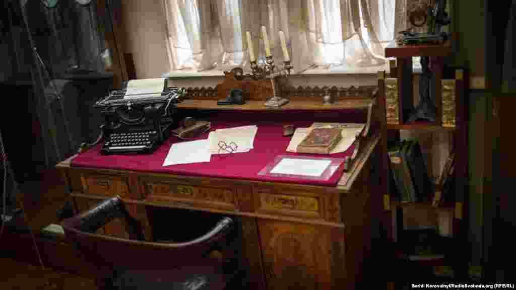 Відтворене робоче місце Михайла Грушевського розташоване між іншими експонатами музею Української революції