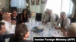Presidenti francez, Emmanuel Macron me ekipin e tij, në takim me ministrin e Jashtëm iranian, Mohammad Javad Zarif.