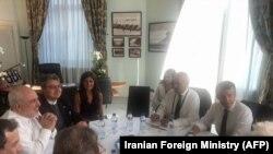Šef iranske diplomatije Muhamed Zarif i predsednik Francuske Emanuel Makron u Biaricu.