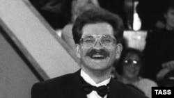 Влад Листьевдин «Поле чудес» аттуу шоусу биринчи жолу 1990-жылдын 25-октябрында обого чыккан.