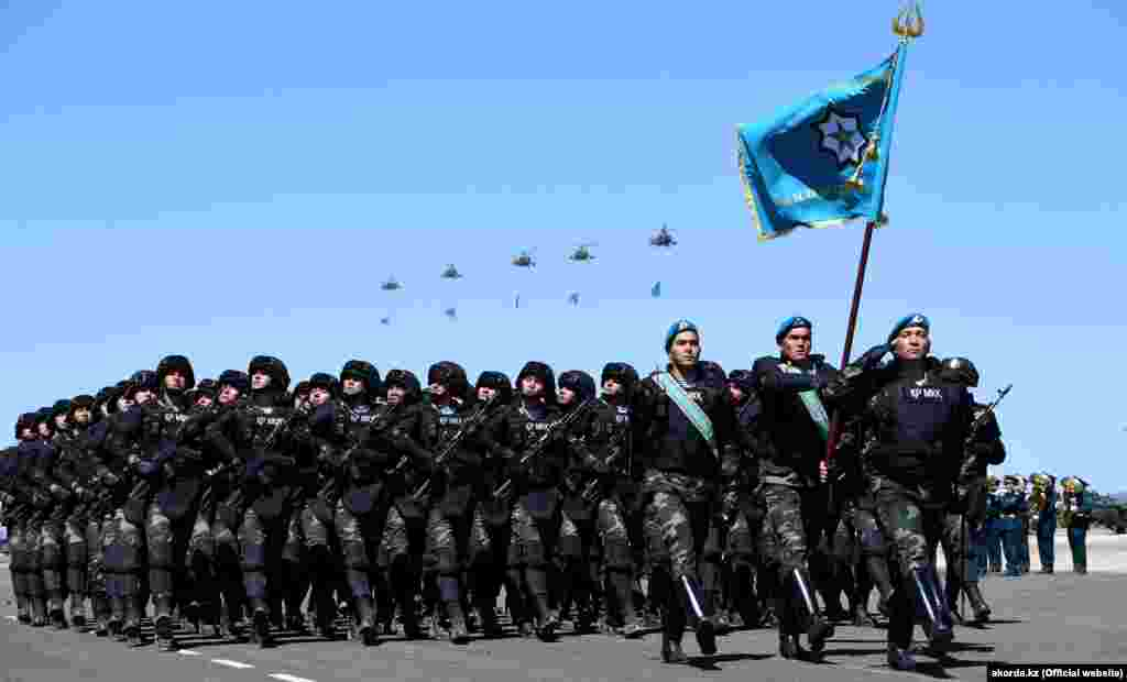 Отардағы әскери парадқа қатысушы қазақстандық сарбаздар. Жамбыл облысы, 7 мамыр 2018 жыл.