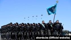 Әскери парадқа қатысып жатқан Қазақстан әскерилері (Көрнекі сурет).