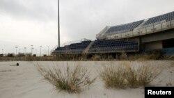 """Cтадион для пляжного волейбола в спортивном комплексе """"Фалиро"""" постепенно зарастает травой"""