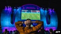 Болельщики сборной России наблюдают за игрой команды на чемпионате Европы, 13 июня 2021 года