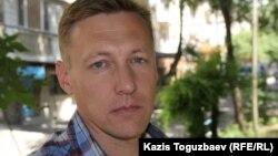 Баспана алу үшін соттасып жатқан Қазақстан ұлттық қауіпсіздік комитетінің запастағы полковнигі Андрей Коркин. Алматы, 12 маусым 2015 жыл.