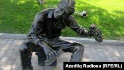 Скульптура чистильщика обуви в Баку, 2012
