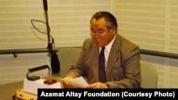 """Азамат Алтай """"Азаттыктын"""" Мүнхендеги студиясында. 1980-жж."""