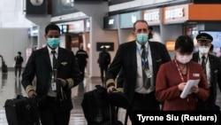 Putnici nose maske na aerodromu u Hong Kongu, Kina, 5. mart