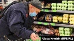 Люди скупают продукты
