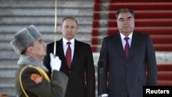 Президент России Владимир Путин и президент Таджикистана Эмомали Рахмон принимают рапорт начальника почетного караула. Душанбе, 27 февраля 2017 года.