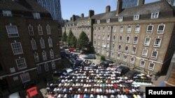 مسلمون في بريطانيا يؤدون صلاة الجمعة قرب مسجد بشرق لندن - 10 تموز 2015