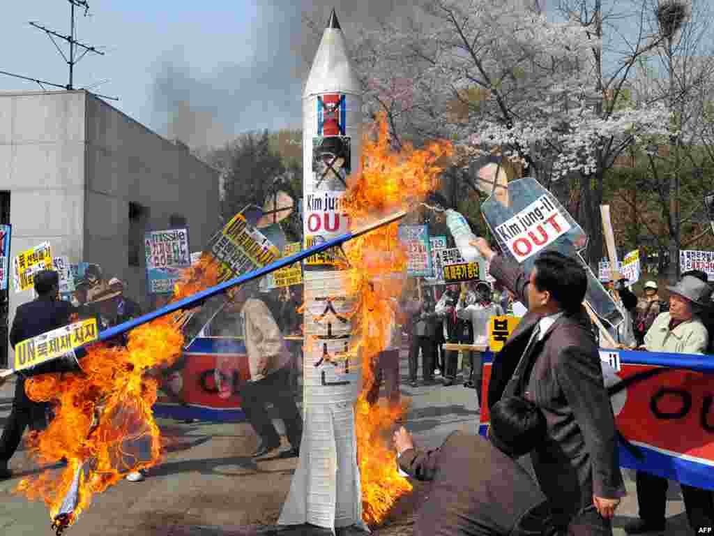 Жители Сеула сжигают картонную северокорейскую ракету