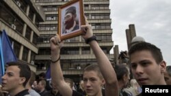 Прихильники Драґолюба Михаїловича з його портретом святкують ухвалу суду, Белград, 14 травня 2015 року
