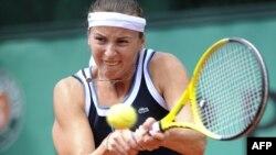 Ярослава Шведова Францияда өткен әйелдердің ашық чемпионатында екінші турда ойнап жатыр. Roland Garros стадионы, 27 мамыр 2010 жыл.
