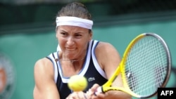 Kazakhstan's Yaroslava Shvedova defeated Poland's Agnieszka Radwanska in straight sets.